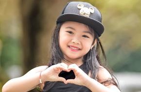 Những bí mật về cô bé 6 tuổi xinh như thiên thần gây náo loạn