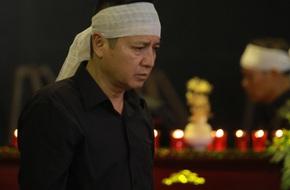 Chí Trung - Ngọc Huyền nén khóc trong đám tang mẹ
