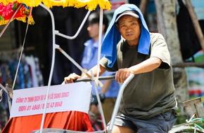 Hà Nội: Công nhân lao động 'phơi mình' làm việc giữa nắng nóng kỷ lục