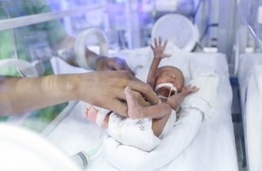 Cận cảnh căn phòng giành lại sự sống cho trẻ sinh non, nhẹ cân của những