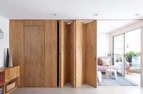 Chiếc vách cửa thần kì tạo ra không gian sống tuyệt vời cho ngôi nhà của cặp vợ chồng trẻ