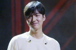 Lee Min Ho làm fan bấn loạn vì màn cởi trần thay áo ngay trên sân khấu