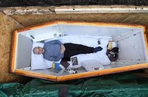 Tự chôn sống mình trong quan tài 3 ngày để làm việc không ai nghĩ đến