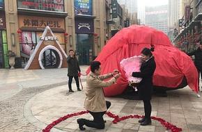 Chàng trai mang hẳn thiên thạch nặng 33 tấn đi cầu hôn người yêu