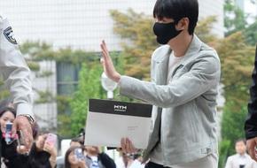 Lee Min Ho đeo khẩu trang vẫy tay chào người hâm mộ trong ngày nhập ngũ