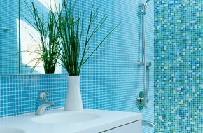 Thổi bay cảm giác oi bức ngày hè với phòng tắm xanh – trắng mát lịm