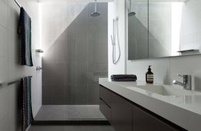 Ngỡ ngàng trước vẻ đẹp nền nã của những phòng tắm trắng xám