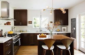 Mãn nhãn với những căn bếp đẳng cấp sử dụng chất liệu gỗ sẫm màu