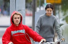 """Selena Gomez thoải mái khoác tay, ngả đầu vào """"tình cũ"""" Justin Bieber sau khi chia tay bạn trai ít ngày"""