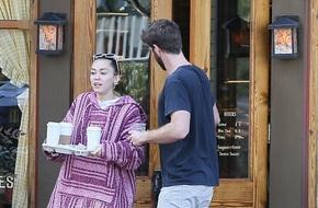 Miley Cyrus và Liam Hemsworth cùng đeo nhẫn đi hẹn hò giữa tin đồn đã bí mật tổ chức đám cưới