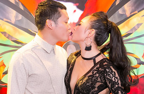 Diện váy cắt xẻ khoe ngực đầy, Khánh Linh tình tứ hôn môi chồng