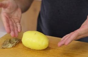 Buông dao bào xuống đi, bạn vẫn có thể lột vỏ khoai tây bằng tay không đấy