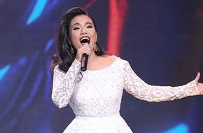 Phương Vy diện váy trắng tinh khôi hát về tình yêu
