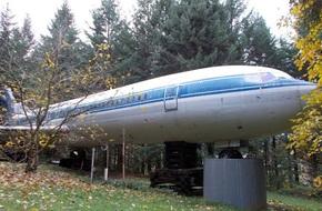 Thấy chiếc máy bay cũ hỏng nằm giữa rừng, ai cũng choáng khi bước vào bên trong