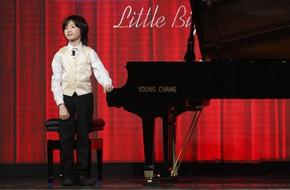 Cậu bé 8 tuổi đến từ nước Anh gây sửng sốt khi vừa đánh piano vừa bịt mắt