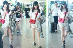 Dương Mịch xinh đẹp trên chuyến bay về dự sinh nhật con gái cưng