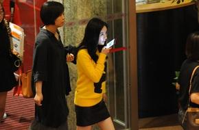 Dương Mịch gây chú ý vì diện áo len giữa thời tiết mùa hè nóng nực