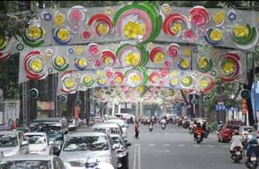 TP.HCM: Đèn trang trí trên đường Phạm Ngọc Thạch bị chê màu mè, hoa mắt