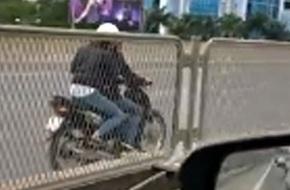 Hà Nội: Choáng trước cảnh 2 thiếu nữ phóng xe máy ngược chiều ở đường Vành đai 3 trên cao