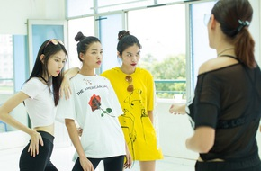 Trước Chung kết Next Top, Võ Hoàng Yến tập luyện cật lực với các cô gái xinh đẹp