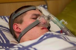 """Bất chấp """"lời nguyền Ondine"""" và chẩn đoán """"chỉ sống 6 tuần"""", cậu bé vẫn kiên trì kéo dài sự sống đến 18 tuổi"""