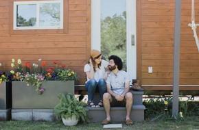 Ngôi nhà 28m² có trồng hoa trước hiên nhà vô cùng lãng mạn của cặp vợ chồng mới cưới