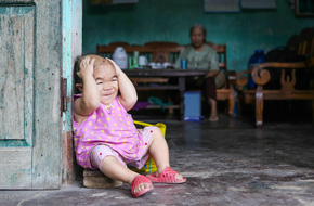 Cô gái gần 30 vẫn mang hình hài của đứa trẻ 2 tuổi: Lủi thủi trong nhà cả đời, không có bạn cùng chơi