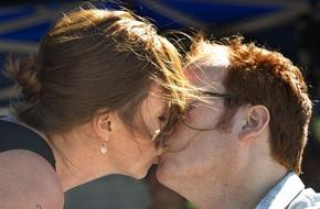 Vợ đau đớn hôn chồng khi nghe bác sĩ nói hết hy vọng cứu chữa và nụ hôn đó đã thay đổi tất cả