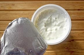 Chất lỏng đọng trên bề mặt của hũ sữa chua có ăn được không nhỉ?