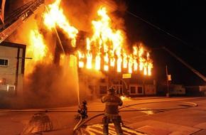 Cháy lớn tại khu nhà xưởng nằm giữa khu dân cư ở Bắc Từ Liêm