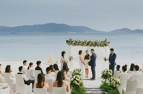 Lễ cưới chỉ 30 khách bên bờ biển của cô dâu Việt kiều được tạp chí châu Á hết lời khen ngợi