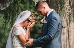 """1 năm sau ngày mất, người ông kính yêu bất ngờ """"hiện diện"""" trong hôn lễ của cháu gái"""