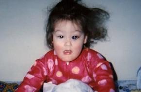 Nhai lưỡi và tự cào mù cả mắt, cuộc sống đầy rẫy hiểm họa với bé gái bị mắc phải bệnh hiếm