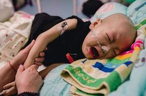 Bé 10 tháng bị mẹ vứt bỏ vì ung thư, trong cơn đau vẫn không thôi nhớ mẹ