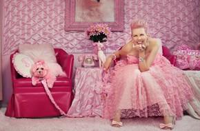 """Cuộc đời màu hồng của quý bà """"cẩm hường"""" lòe loẹt nhất hành tinh"""
