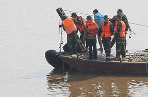 Cận cảnh trục vớt quả bom dài 2,5m ngay dưới chân cầu Long Biên
