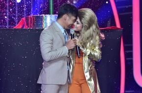 Hoàng Yến Chibi gây choáng khi suýt hôn bạn diễn điển trai trên sân khấu