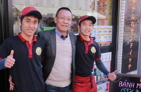 Nhà báo Lại Văn Sâm đích thân sang Nhật gặp gỡ 2 anh em người Việt mở tiệm bánh mì cực đắt khách
