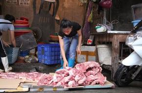 Chị bán thịt lợn giá rẻ xin giảm tội cho 2 phụ nữ hắt chất bẩn
