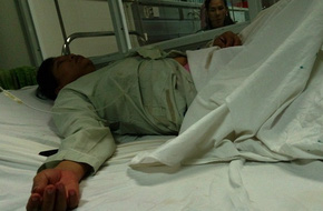 Đang nằm cho con bú, người phụ nữ bị lôi ra hành hung?