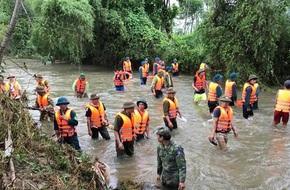Hàng trăm chiến sỹ dàn quân tìm kiếm bé 4 tuổi bị lũ cuốn mất tích ở Nghệ An