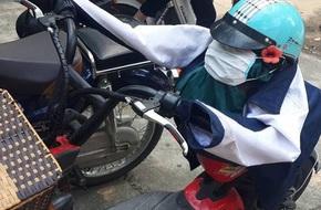 Trò đùa gây tranh cãi trên MXH: Áo khoác, mũ bảo hiểm, khẩu trang của nữ sinh bị độn gạch bẩn để 'tạo hình'