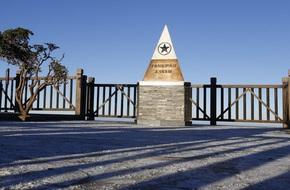 Sương muối trắng xóa đỉnh Fansipan khiến khách du lịch trầm trồ thích thú