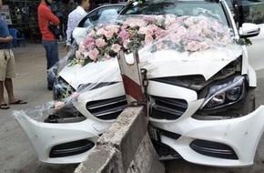 Xe Mercedes cưới đâm dải phân cách đầu tõe làm đôi, cô dâu chú rể an toàn