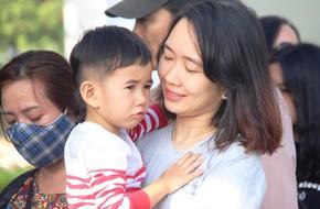 Xếp hàng dài chờ đi buýt sông nhưng hết vé nhiều trẻ òa khóc nức nở, buồn bã theo bố mẹ ra về