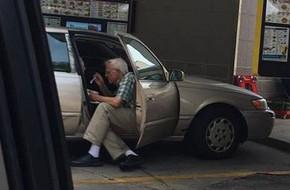 Ngọt ngào bức ảnh tình yêu vợ chồng già khiến cư dân mạng ngưỡng mộ đến phát hờn