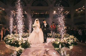 Đám cưới sang chảnh với 10.000 bông hoa tươi và váy đính 5.000 pha lê của cô dâu xinh đẹp