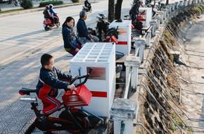 Tò mò xe đạp lọc nước 2 trong 1 bên hồ Hoàng Cầu