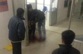 Mâu thuẫn trong lúc thăm bệnh, nam thanh niên dùng dao đâm hàng xóm trọng thương ngay tại phòng cấp cứu