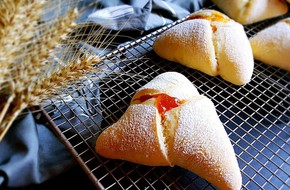 Bữa sáng phong cách Tây sang chảnh với bánh mì tam giác ngọt mềm hấp dẫn